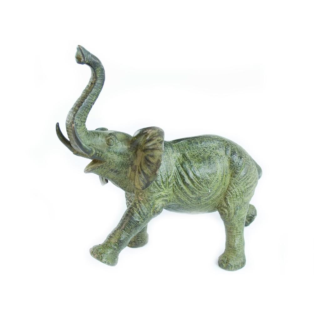 фото слонов с поднятым хоботом